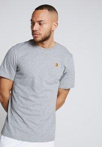 Nike Performance - COURT TEE - Camiseta básica - dark grey heather - 0