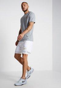 Nike Performance - COURT TEE - Camiseta básica - dark grey heather - 1