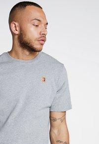 Nike Performance - COURT TEE - Camiseta básica - dark grey heather - 3