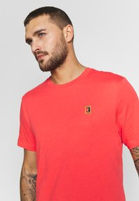 Nike Performance - COURT TEE - Camiseta básica - ember glow - 4
