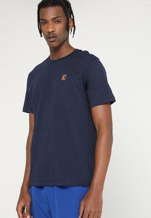 COURT TEE - Camiseta básica - obsidian