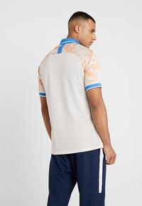 Nike Performance - Camiseta estampada - guava ice/white/pacific blue - 2