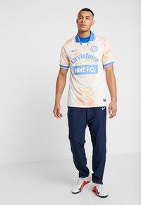 Nike Performance - Camiseta estampada - guava ice/white/pacific blue - 1