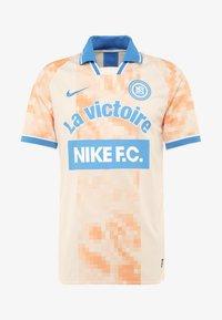 Nike Performance - Camiseta estampada - guava ice/white/pacific blue - 3