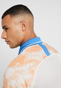 Nike Performance - Camiseta estampada - guava ice/white/pacific blue - 4