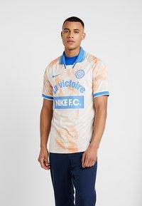 Nike Performance - Camiseta estampada - guava ice/white/pacific blue - 0