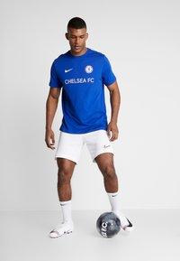 Nike Performance - CHELSEA LONDON FC TEE CORE MATCH - Equipación de clubes - rush blue - 1
