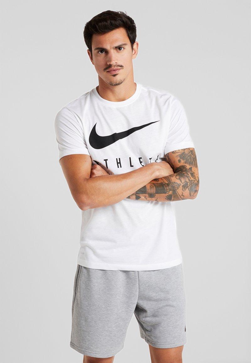 Nike Performance - DRY TEE ATHLETE - Camiseta estampada - white/black
