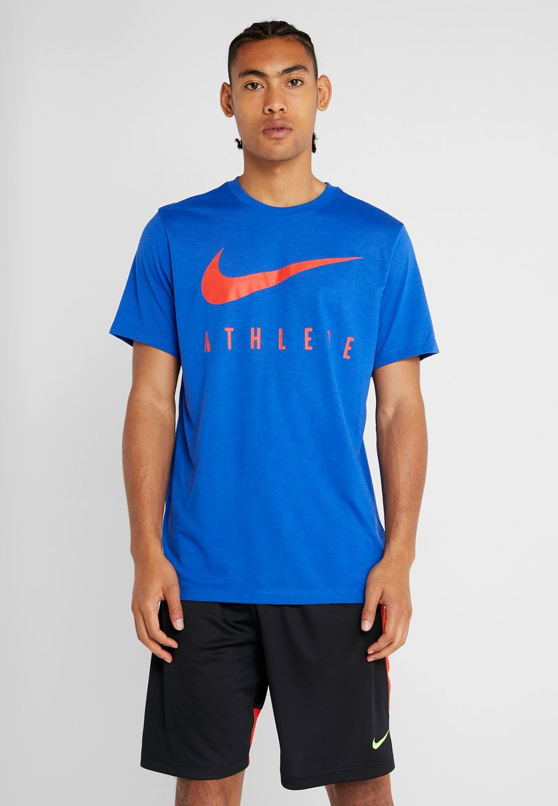 Nike Performance - DRY TEE ATHLETE - T-shirt imprimé - game royal/habanero red
