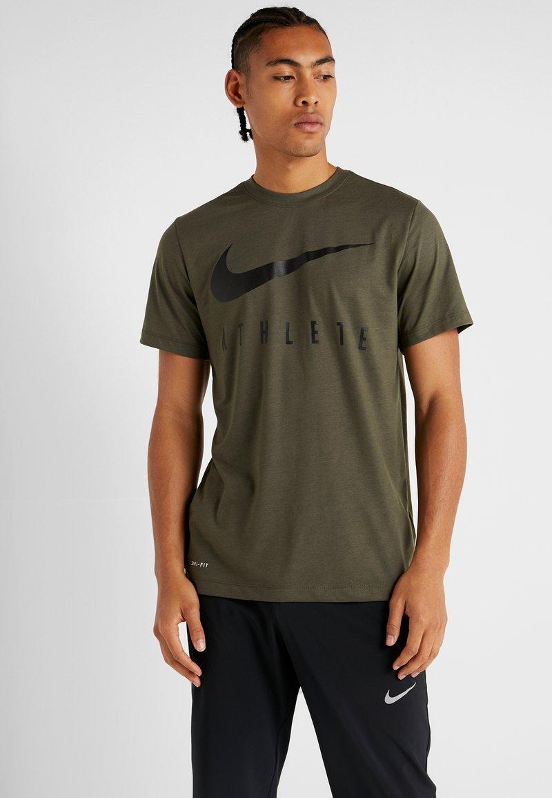 Nike Performance - DRY TEE ATHLETE - T-shirt con stampa - cargo khaki/black