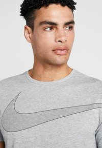 Nike Performance - DRY  - Camiseta estampada - grey heather/black - 3