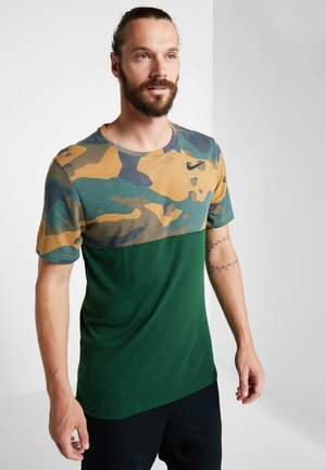 DRY CAMO - Print T-shirt - cosmic bonsai/team gold/black