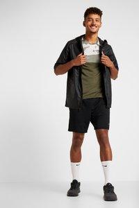 Nike Performance - DRY CAMO - Camiseta estampada - cargo khaki/light bone/black - 1