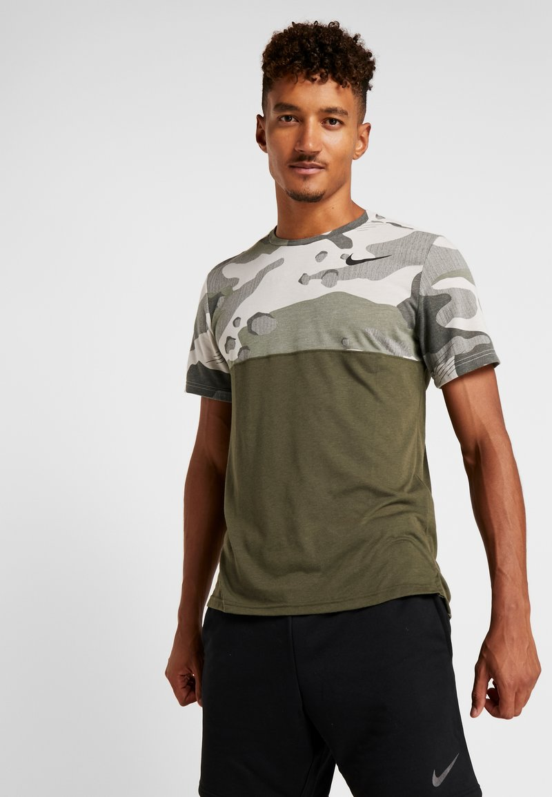 Nike Performance - DRY CAMO - T-shirts med print - cargo khaki/light bone/black