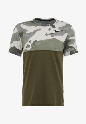 DRY CAMO - Camiseta estampada - cargo khaki/light bone/black