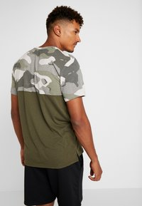 Nike Performance - DRY CAMO - Camiseta estampada - cargo khaki/light bone/black - 2