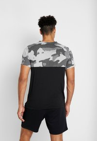 Nike Performance - DRY CAMO - T-shirt med print - black/light smoke grey/white - 2