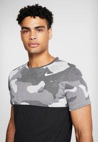 Nike Performance - DRY CAMO - T-shirt med print - black/light smoke grey/white - 4