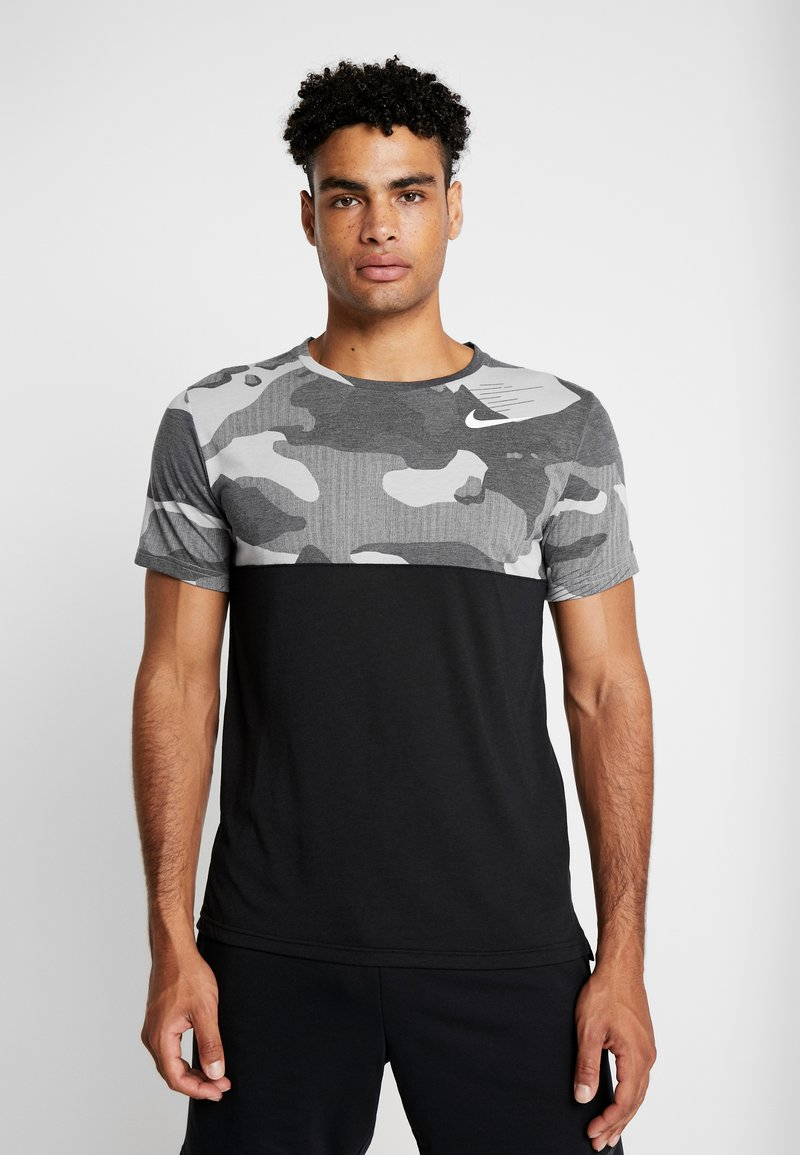 Nike Performance - DRY CAMO - T-shirt med print - black/light smoke grey/white