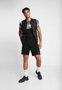 Nike Performance - DRY CAMO - T-shirt med print - black/light smoke grey/white - 1