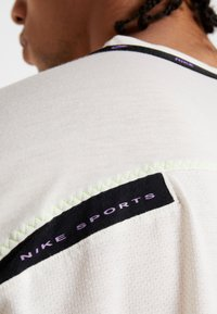 Nike Performance - DRY - Print T-shirt - pale ivory/black/bright violet - 5