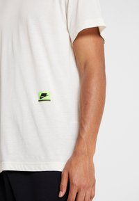 Nike Performance - DRY - Print T-shirt - pale ivory/black/bright violet - 3