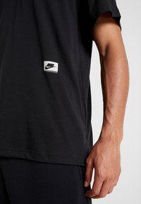 Nike Performance - DRY - T-shirts med print - black/habanero red - 3