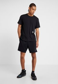 Nike Performance - DRY - T-shirts med print - black/habanero red - 1