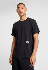 Nike Performance - DRY - T-shirts med print - black/habanero red - 0