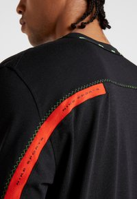 Nike Performance - DRY - T-shirts med print - black/habanero red - 4