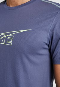 Nike Performance - BREATHE RUN - Print T-shirt - sanded purple/barely volt/reflective silver - 5
