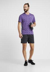 Nike Performance - MILER - Camiseta estampada - obsidian/bright violet/reflective silver - 1