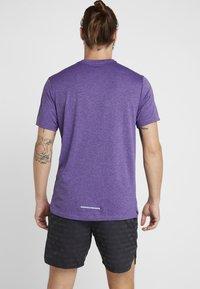 Nike Performance - MILER - Camiseta estampada - obsidian/bright violet/reflective silver - 2