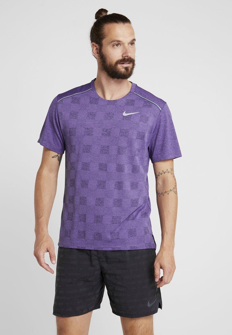 Nike Performance - MILER - Camiseta estampada - obsidian/bright violet/reflective silver
