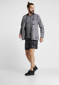 Nike Performance - MILER - Print T-shirt - black/particle grey/reflective silver - 1