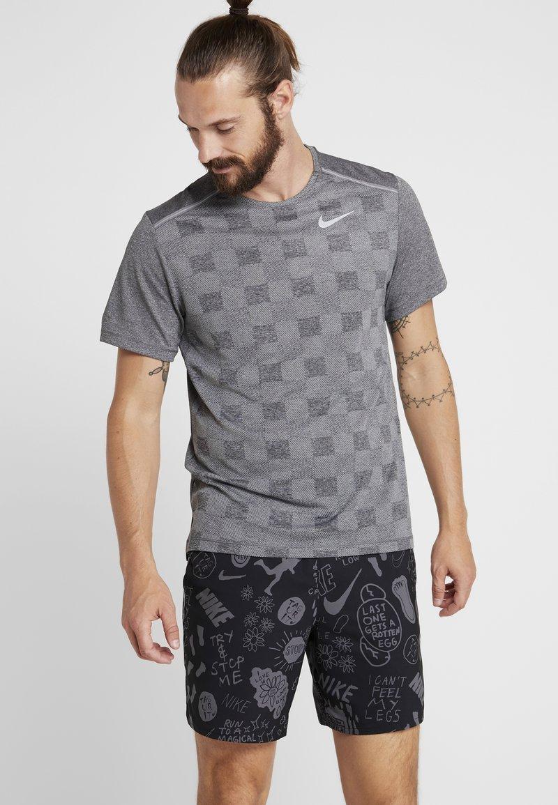 Nike Performance - MILER - Print T-shirt - black/particle grey/reflective silver