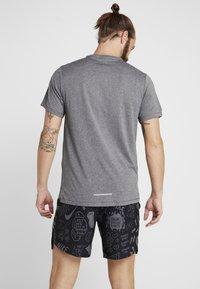 Nike Performance - MILER - Print T-shirt - black/particle grey/reflective silver - 2