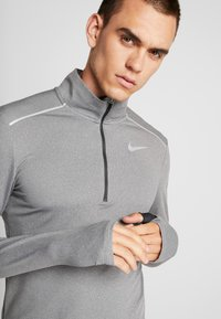 Nike Performance - Camiseta de deporte - smoke grey/heather/reflective silver - 6