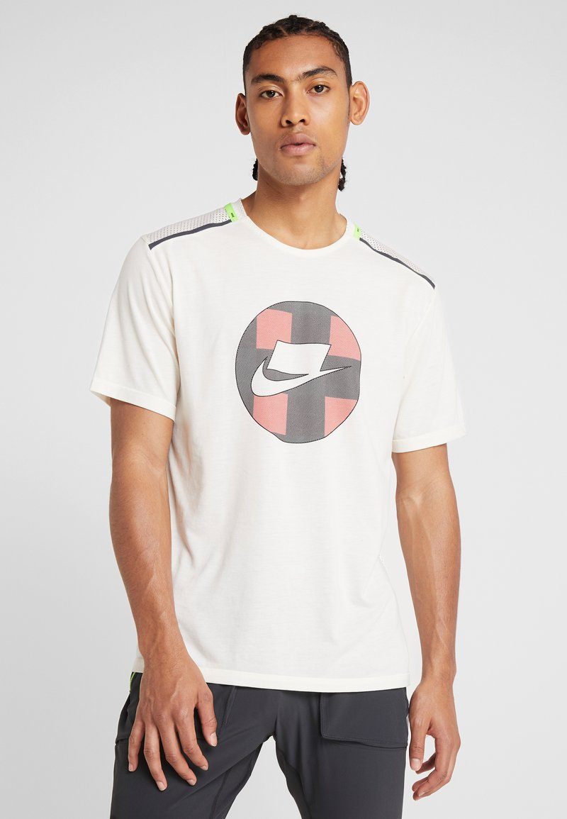 Nike Performance - WILD RUN - Camiseta estampada - pale ivory