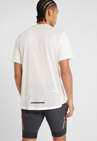 Nike Performance - WILD RUN - Camiseta estampada - pale ivory - 2