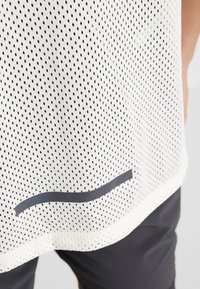 Nike Performance - WILD RUN - Camiseta estampada - pale ivory - 4