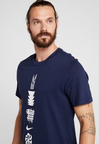Nike Performance - DRY RUN SEASONAL  - Camiseta estampada - obsidian/white - 3