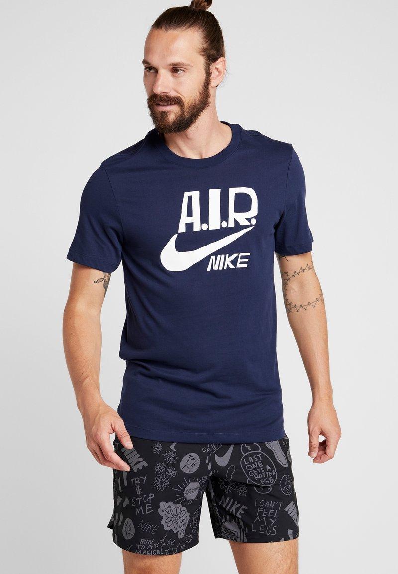 Nike Performance - M NK DRY TEE A.I.R. COLLECTION - Camiseta estampada - obsidian/white