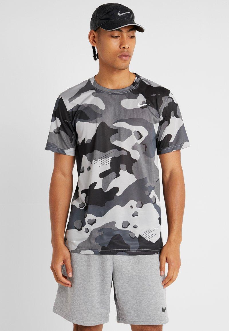 Nike Performance - DRY TEE CAMO  - Print T-shirt - light smoke grey
