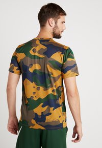 Nike Performance - DRY TEE CAMO  - T-shirt imprimé - wheat - 2
