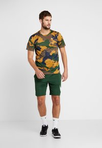 Nike Performance - DRY TEE CAMO  - T-shirt imprimé - wheat - 1