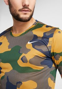 Nike Performance - DRY TEE CAMO  - T-shirt imprimé - wheat - 5