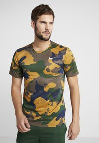 Nike Performance - DRY TEE CAMO  - T-shirt imprimé - wheat - 0