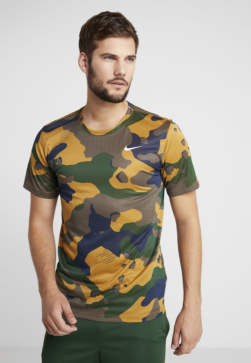 Nike Performance - DRY TEE CAMO  - T-shirt imprimé - wheat