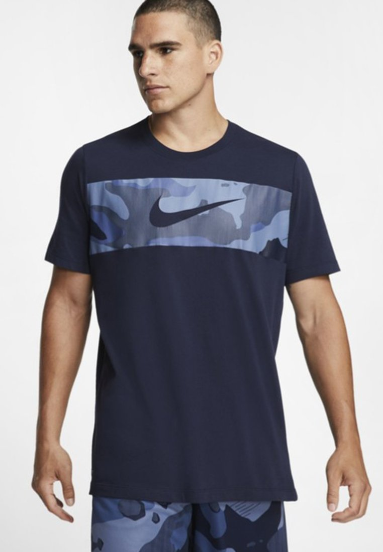 Nike Performance - DRY TEE CAMO BLOCK - T-shirt con stampa - dark blue